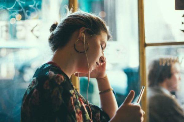 femme écoute podcast