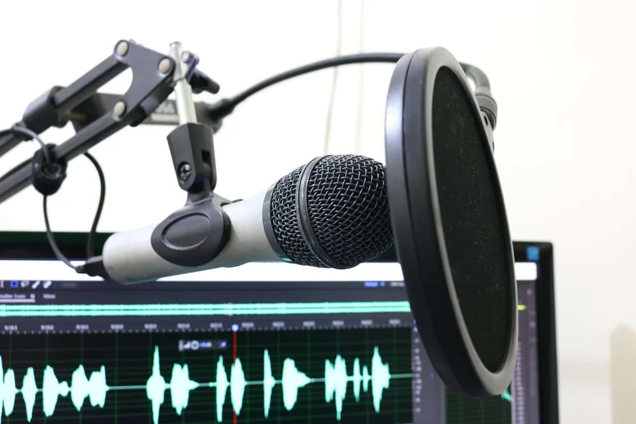 record-podcast-microphone